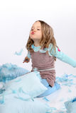 Bambino che salta le piume blu Fotografia Stock