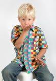 Bambino che salta un bacio Fotografia Stock
