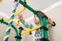 Bambino che scala alla banana sulla barra relativa alla ginnastica Allenamento dei bambini Sanità del bambino e concetto di addes Fotografia Stock