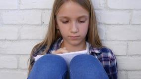Bambino che scrive, studiando, bambino premuroso, studente pensieroso Learning Schoolgirl stock footage