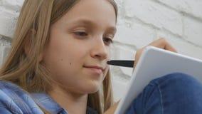 Bambino che scrive, studiando, bambino premuroso, studente pensieroso Learning Schoolgirl video d archivio