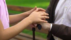 Bambino che segna le mani di prima generazione, supporto della persona sola, programma sociale video d archivio