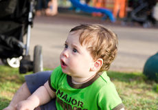Bambino che si appoggia l'erba Immagine Stock
