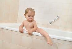 Bambino che si arrampica dalla vasca di bagno Immagini Stock