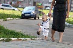 Bambino che si arrampica sul marciapiede Fotografia Stock