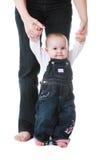 Bambino che si leva in piedi con la guida della mamma Fotografie Stock