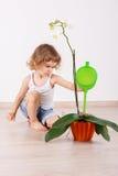 Bambino che si occupa della pianta Fotografia Stock