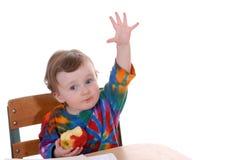 Bambino che si siede allo scrittorio del banco Immagine Stock