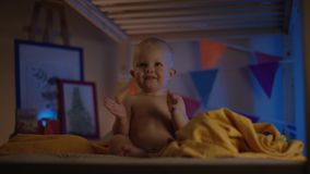 Bambino che si siede appena al cattivo ed applauso felice ai suoi genitori con la macchina fotografica di flusso archivi video
