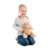 Bambino che si siede e che abbraccia orsacchiotto, isolato Immagine Stock Libera da Diritti