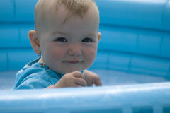 Bambino che si siede nella piscina Fotografia Stock Libera da Diritti