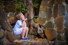 Bambino che si siede sui punti Fotografia Stock Libera da Diritti