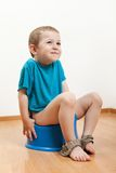 Bambino che si siede sulla toletta banale Fotografia Stock Libera da Diritti