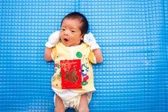 Bambino che si trova con la busta rossa cinese fotografia stock libera da diritti