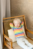 Bambino che si trova nella presidenza Fotografia Stock Libera da Diritti