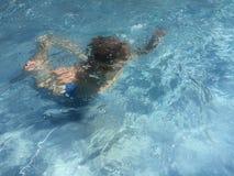 Bambino che si tuffa lo stagno di acqua blu fotografia stock libera da diritti