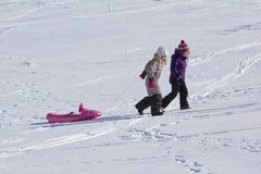 Bambino che sledging sull'alta montagna Fotografia Stock