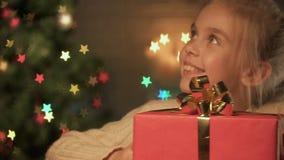 Bambino che smette il suo regalo a favore degli orfani, concetto di carità di Natale video d archivio