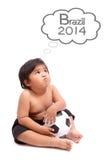 Bambino che sogna con la coppa del Mondo 2014 Immagine Stock