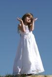 Bambino che solleva le mani Fotografie Stock Libere da Diritti