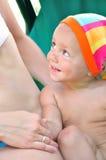 Bambino che sorride e che esamina madre Fotografia Stock