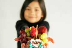 Bambino che sostiene il cestino di frutta Fotografia Stock Libera da Diritti