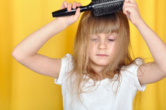 Bambino che spazzola i suoi capelli Fotografia Stock Libera da Diritti
