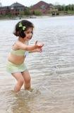 Bambino che spruzza acqua Fotografie Stock Libere da Diritti