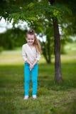 Bambino che sta albero vicino Fotografie Stock Libere da Diritti