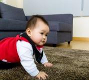 Bambino che striscia a casa immagini stock