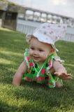 Bambino che striscia sull'erba Fotografia Stock Libera da Diritti