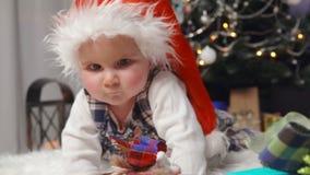 Bambino che striscia verso i regali di Natale stock footage