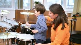 Bambino che studia i tamburi stock footage