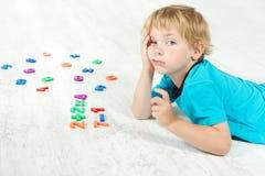 Bambino che studia matematica. Immagine Stock
