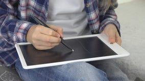 Bambino che studia sulla compressa, ragazza che scrive nella classe di scuola, imparante facendo compito fotografie stock