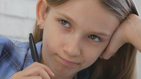 Bambino che studia sulla compressa, ragazza che scrive nella classe di scuola, imparante facendo compito immagini stock libere da diritti
