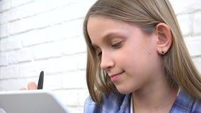 Bambino che studia sulla compressa, ragazza che scrive per la classe di scuola, imparante facendo compito archivi video