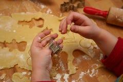Bambino che taglia i biscotti Fotografia Stock