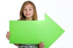 Bambino che tiene il segno in bianco della freccia Fotografia Stock Libera da Diritti