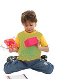 Bambino che tiene parecchi regali Fotografie Stock