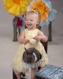 Bambino che tiene un coniglietto immagini stock libere da diritti