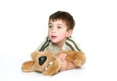 Bambino che tiene un giocattolo della peluche immagine stock