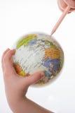 Bambino che tiene un globo e una penna in sua mano Immagini Stock Libere da Diritti