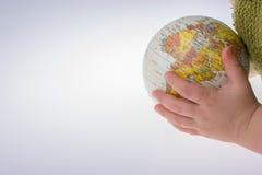 Bambino che tiene un globo in sua mano Immagini Stock