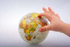Bambino che tiene un globo in sua mano Fotografia Stock