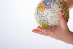Bambino che tiene un globo in sua mano Immagini Stock Libere da Diritti