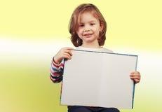 Bambino che tiene un libro aperto Fotografia Stock Libera da Diritti