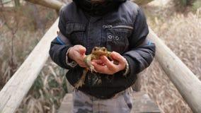 Bambino che tiene un rospo Fotografie Stock Libere da Diritti