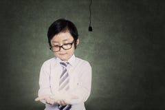 Bambino che tiene una lampadina Fotografia Stock