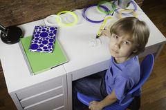 Bambino che usando la penna di stampa 3D Ragazzo che fa nuovo oggetto Creativo, tecnologia, svago, concetto di istruzione Immagine Stock Libera da Diritti